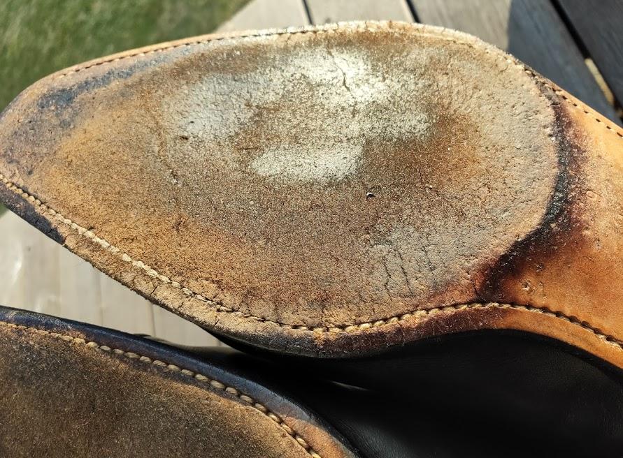 ミンクオイルを靴の裏に塗る2