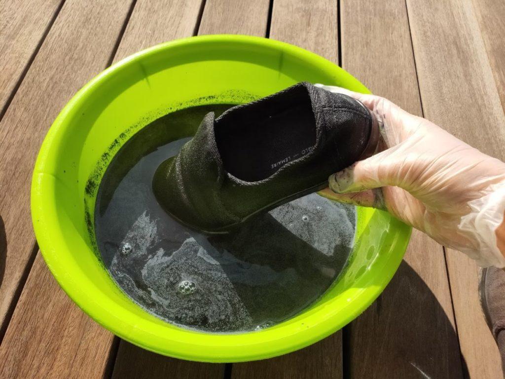 ダイロンの塩と塗料の水にスニーカーを入れる1