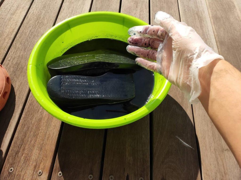 ダイロンの塩と塗料の水にスニーカーを入れる2