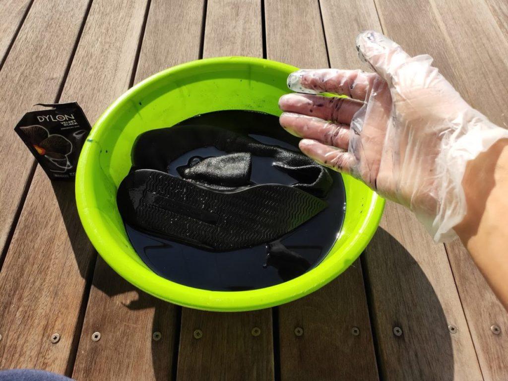 ダイロンの塩と塗料の水にスニーカーを入れる3
