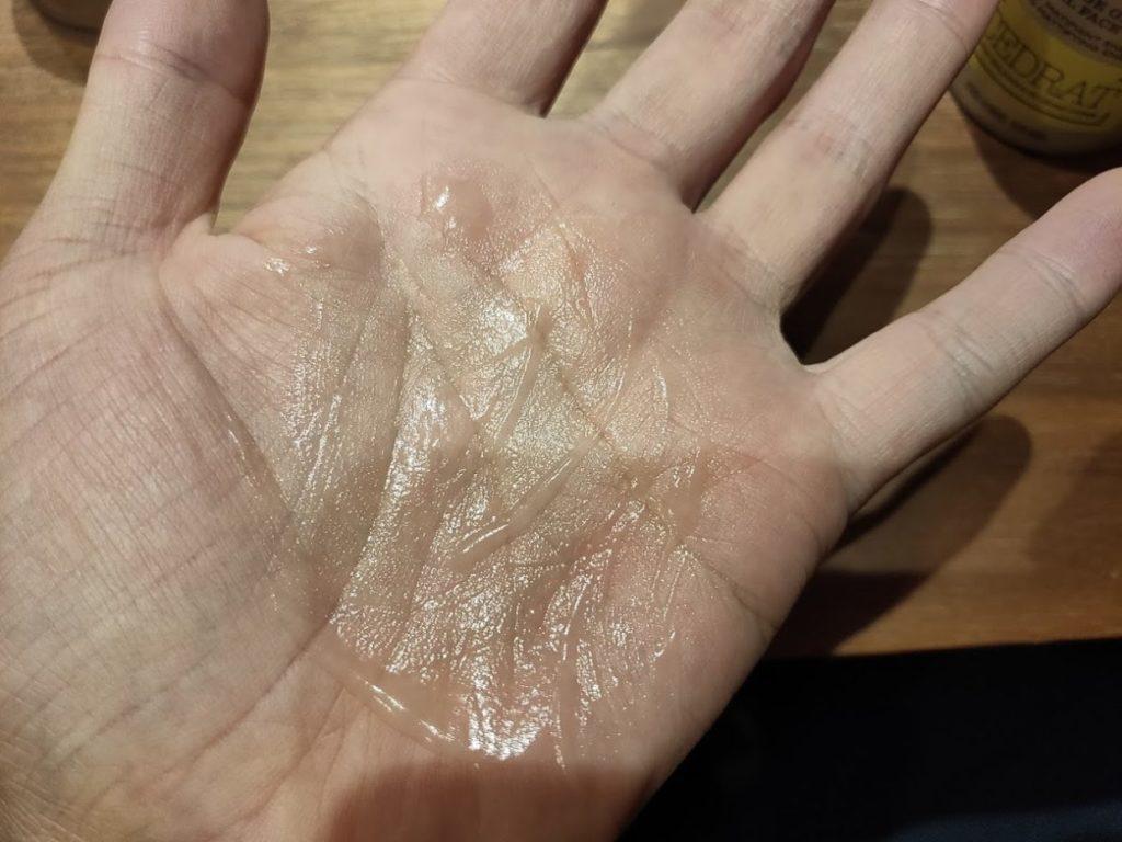 セドラフェイスジェルの液体を伸ばす