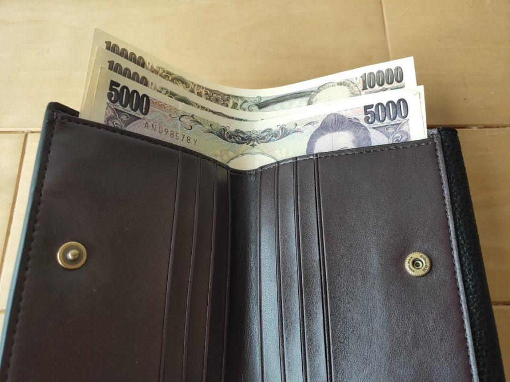 コーチの折りたたみ財布とお札2