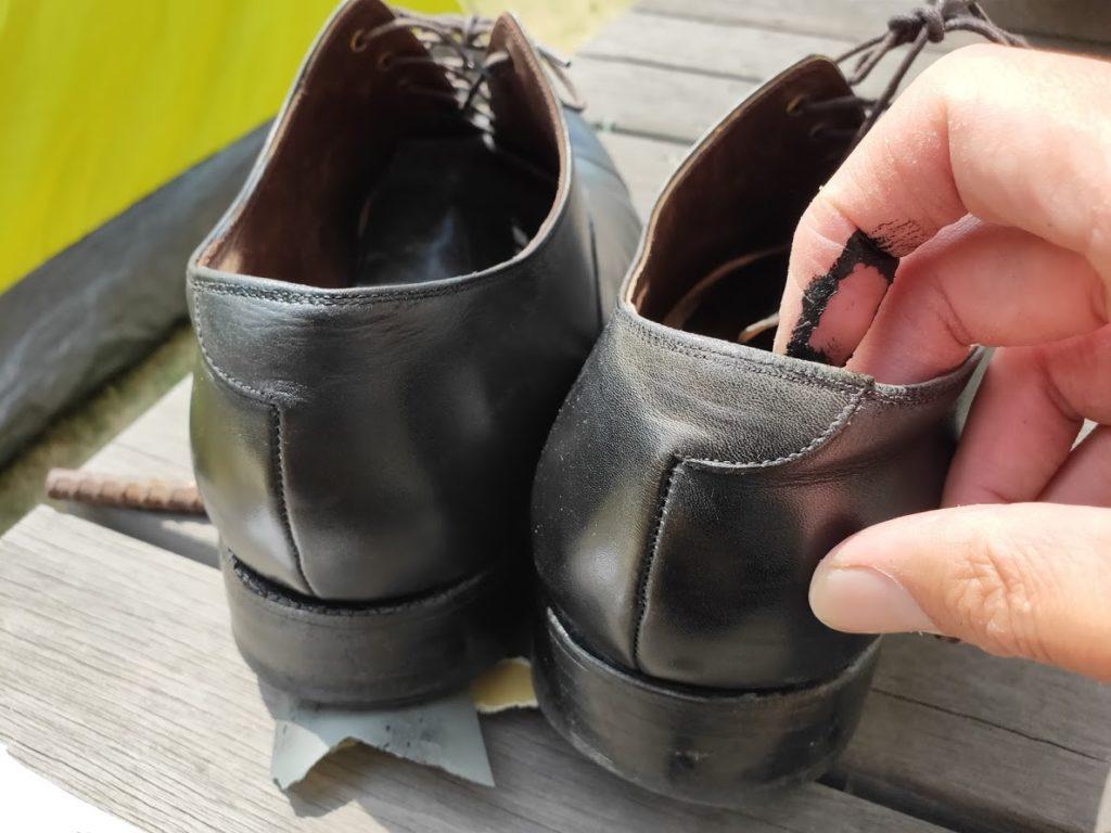 革靴とアドカラーを後ろに塗る