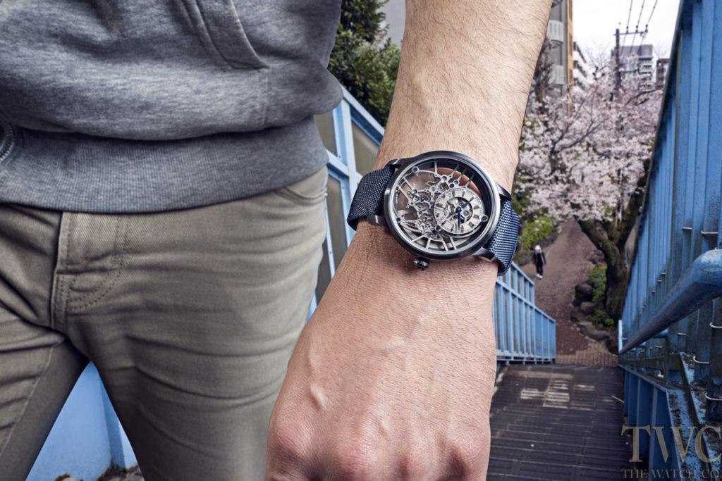 ジャケドローの時計と男性