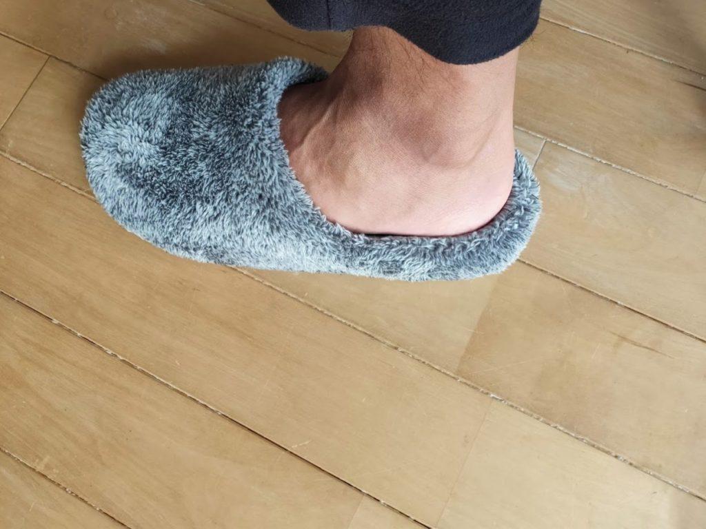 フリースルームシューズ購入したグレーを履いたサイズ感2